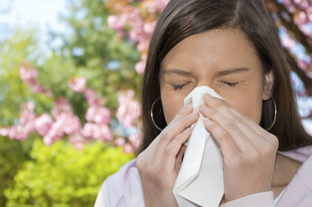 woman sneesing allergies pollen